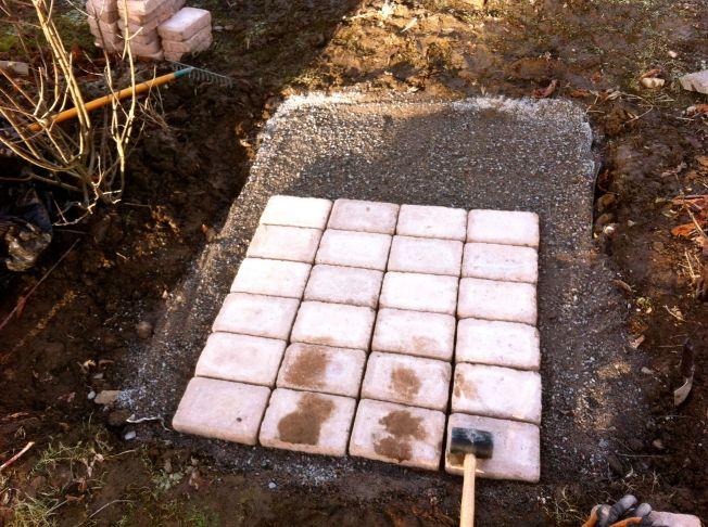 Gång första stenarna på plats